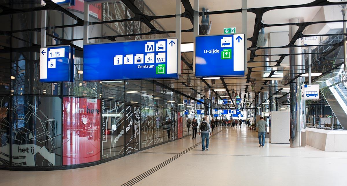 Ferrovie olandesi - Stazione centrale di Amsterdam. Per la progettazione del wayfinding per le ferrovie olandesi sono stati rispettati gli standard dell'UIC (organizzazione internazionale del settore ferroviario), ma si è aggiunto un gusto olandese, riconoscibile anche da parte dei passeggeri stranieri.