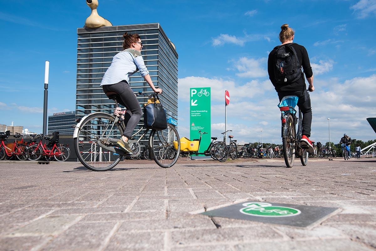 Parcheggi per biciclette ad Amsterdam. Con questo progetto è stato vinto il IIID Award