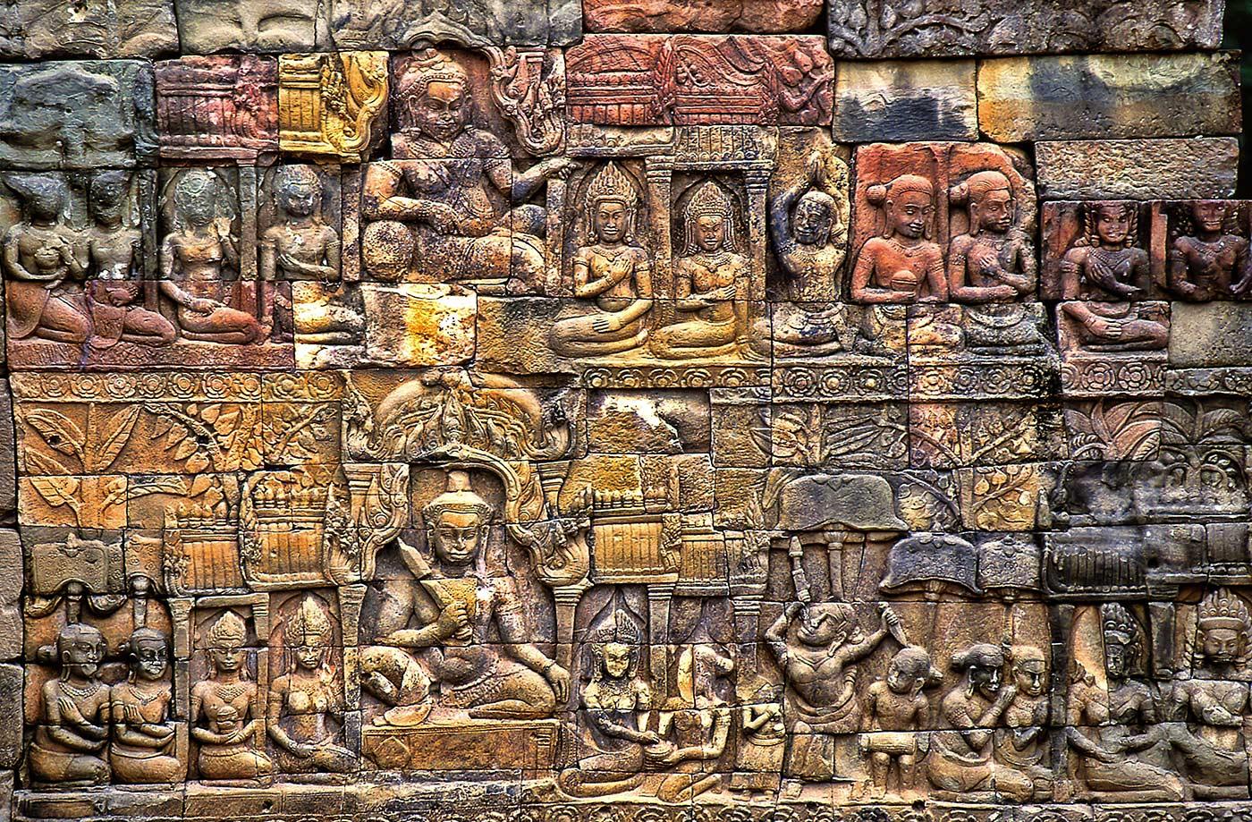 Rilievi scolpiti su un muro dell'Angkor Wat, Complesso archeologico di Angkor, Cambogia © Sergio Pessolano