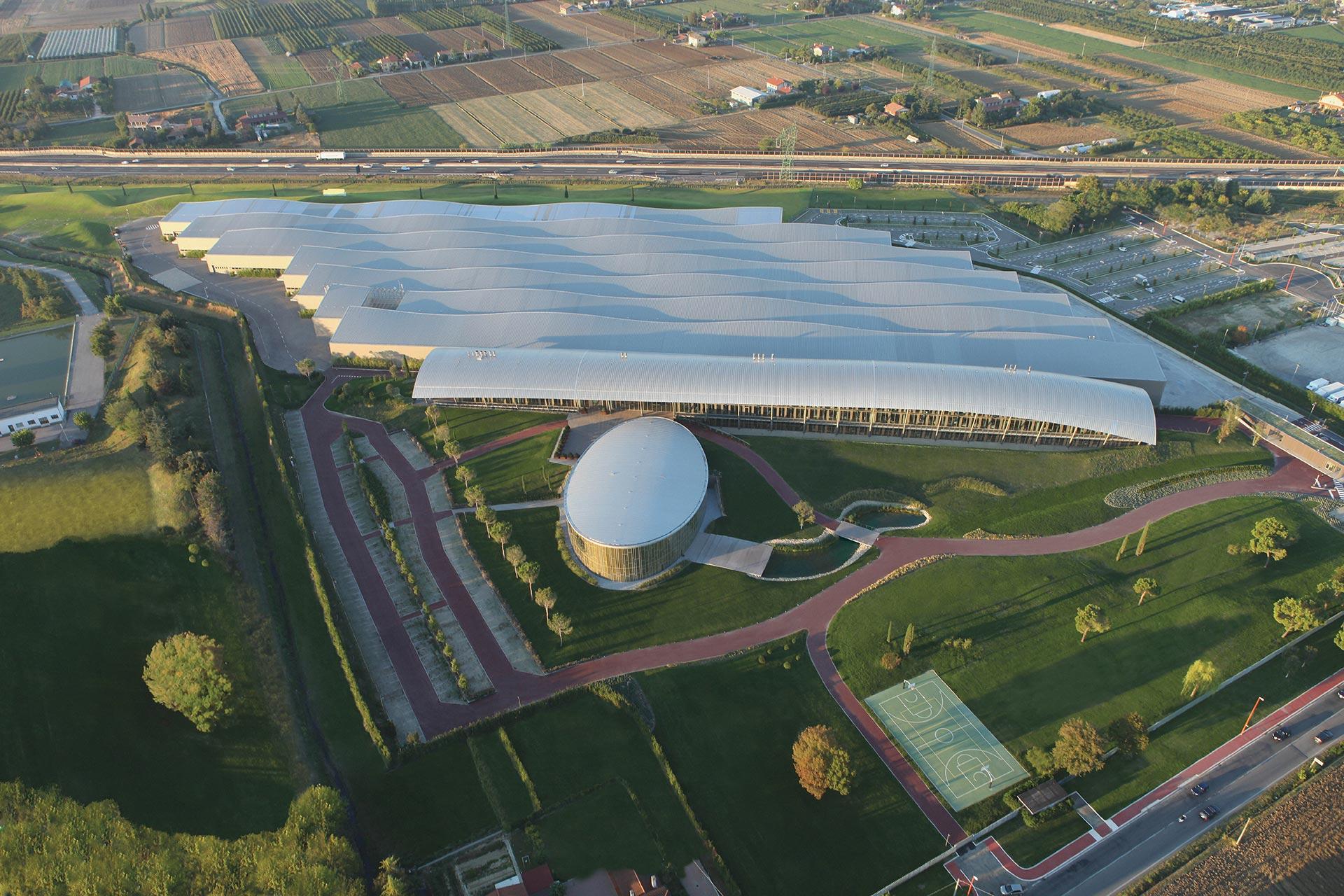 """Vista aerea della sede di Technogym a Cesena, lungo l'Autostrada A14. Progetto architettonico di """"Antonio Citterio Patricia Viel""""."""