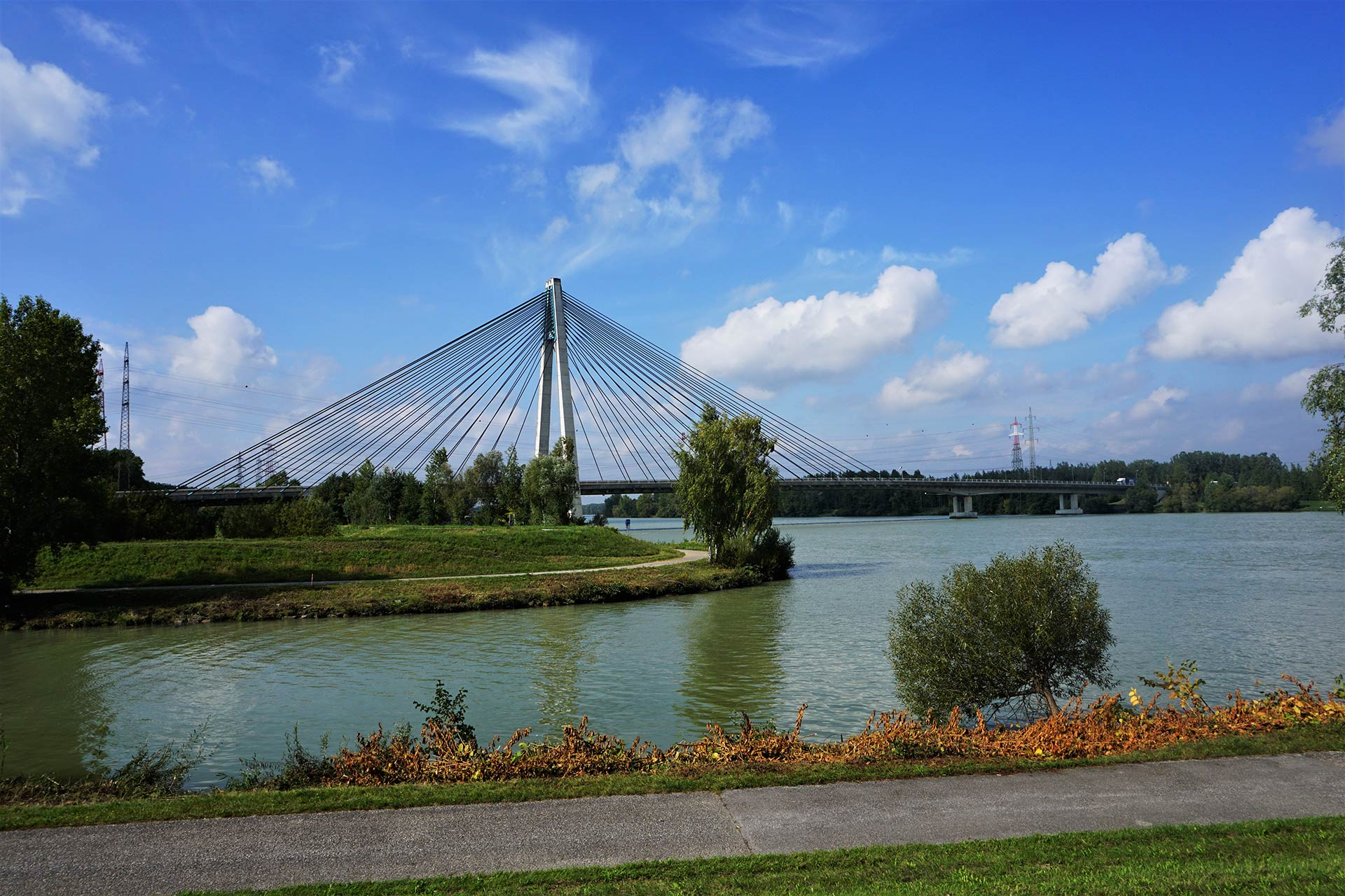La ciclovia del Danubio in prossimità di Tulln (Austria). Il percorso ciclabile sull'argine nord del fiume riparte dal lato opposto del ponte.