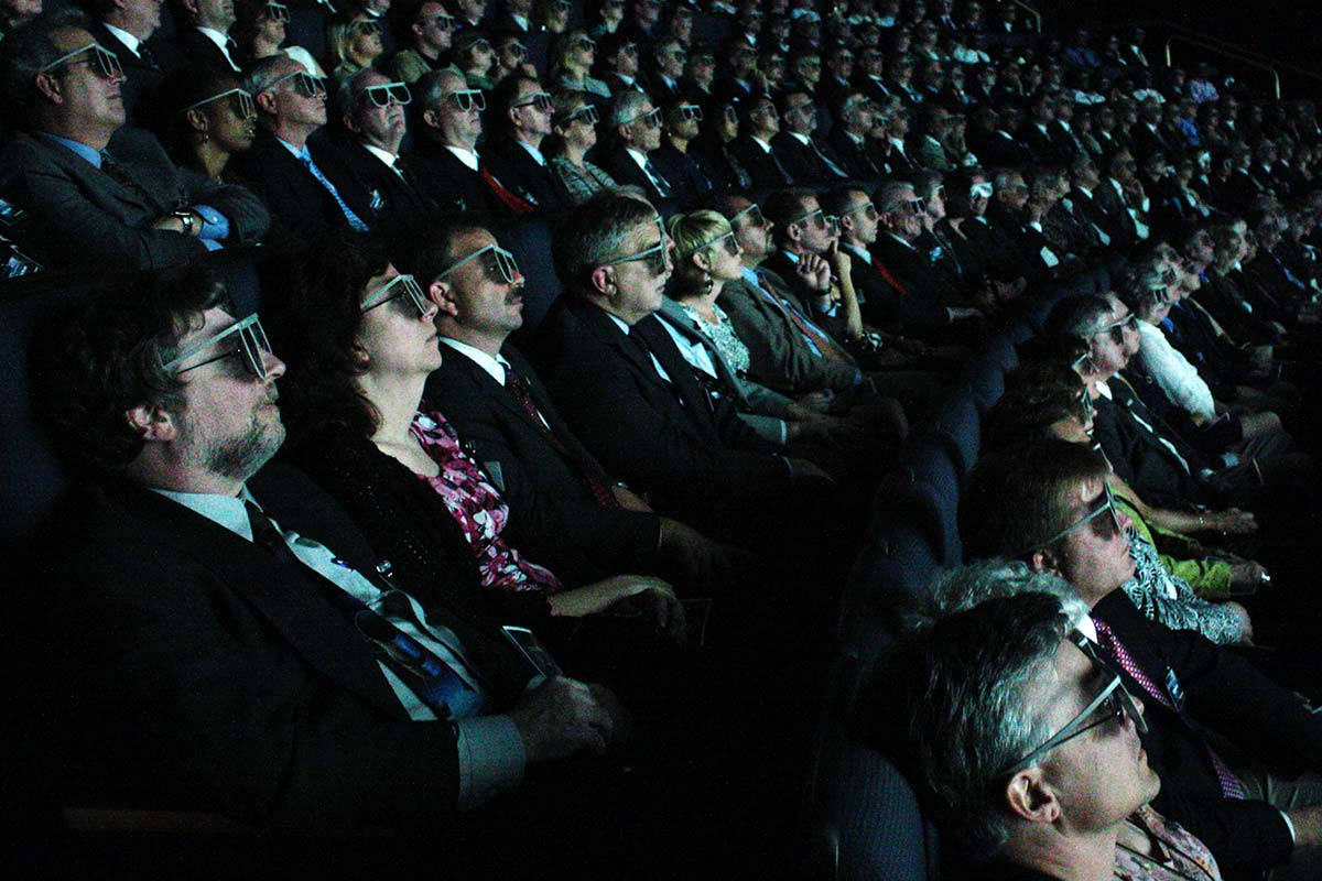 Spettatori con occhiali 3D in una sala IMAX. Foto NASA Goddard Space Flight Center